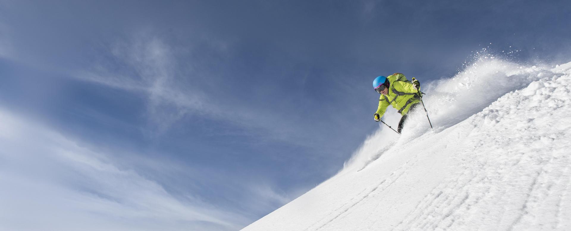 Voyage à la neige : Ski sur les montagnes de l'arctique