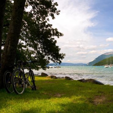 Le lac d'Annecy et le massif des Bauges à vélo