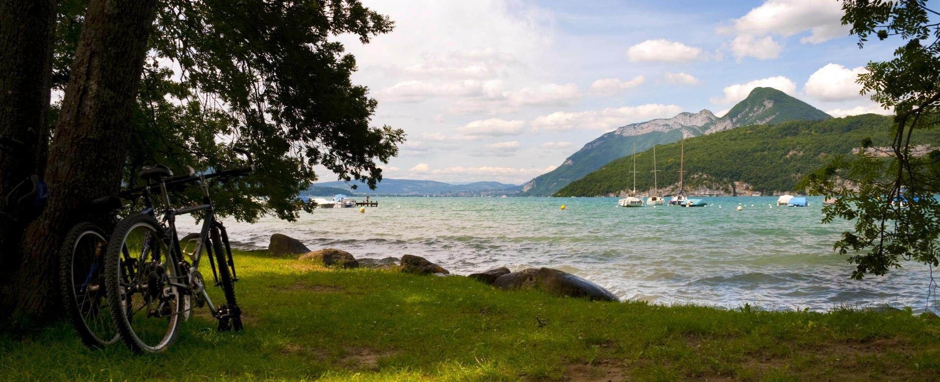 Voyage en véhicule : Le lac d\'annecy et le massif des bauges à vélo