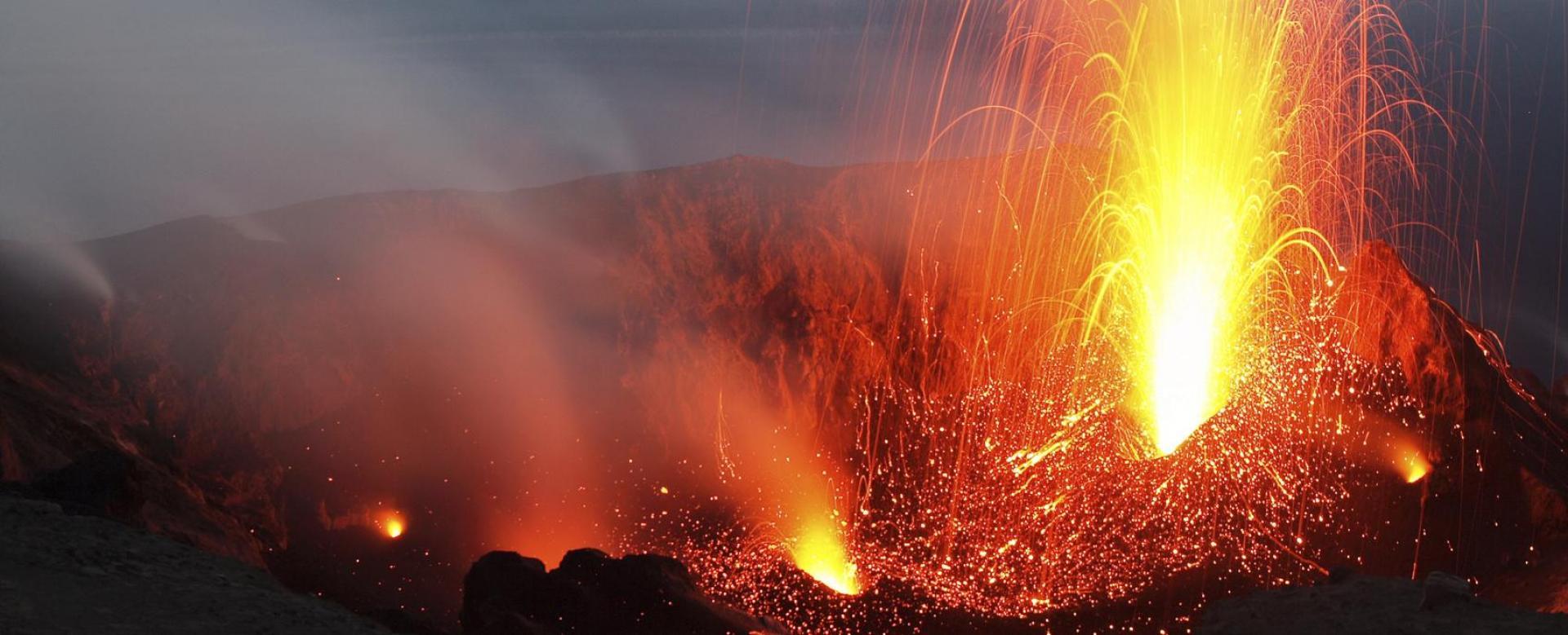 Voyage à pied : Les îles Éoliennes : Trilogie volcanique de naples aux eoliennes